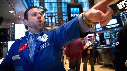 美股收盘:三大股指全线收涨 苹果市值逼近2万亿美元