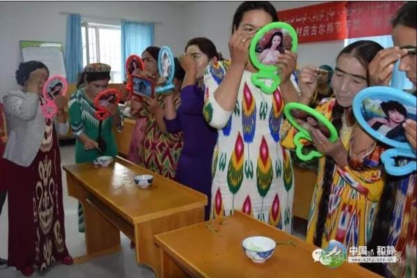 和静县妇联举办的奥斯曼草汁描眉比赛,摄于2016年9月8日