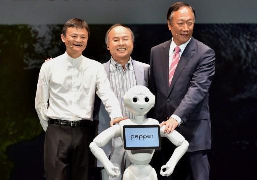 Pepper的主机价格为19.8万日元(约合人民币1.18万元)。2015年6月起,SBRH开始每月对外限量发售1000台Pepper,至该年年底,每个月通过软银官网贩售的1000台Pepper均在开卖后1分钟之内售罄。2016年1月起,除官网外,Pepper开始在软银旗下约100家实体店SoftBank Shop出售,其位于富士康山东烟台基地的产能从每小时5台扩增至15台。
