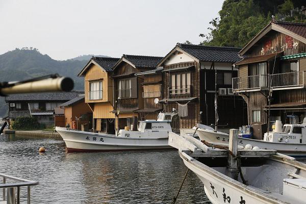 拥有上百年历史的舟屋,沿着海湾一字排开
