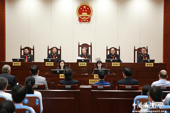 [审判长 裴显鼎]:各原审被告人,本庭没有让你们坐下,请起立。