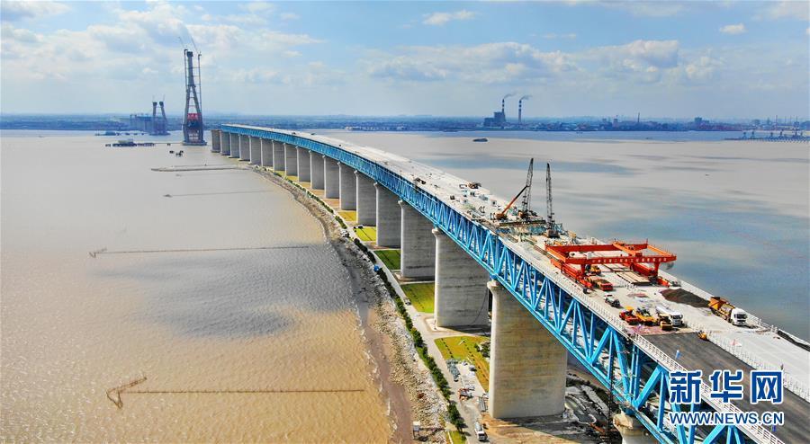 这是9月25日拍摄的沪通长江大桥施工现场(无人机拍摄)。新华社发(许丛军)