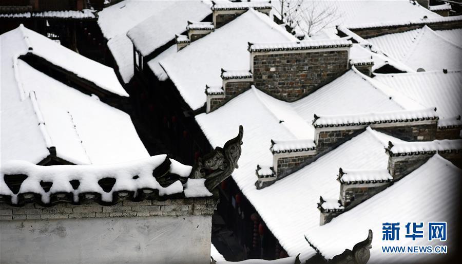 这是12月30日在重庆市酉阳土家族苗族自治县龙潭古镇拍摄的雪景。近日,吾国众地迎来降雪,雪后的中国古典修建别有韵味。新华社发(陈碧生)