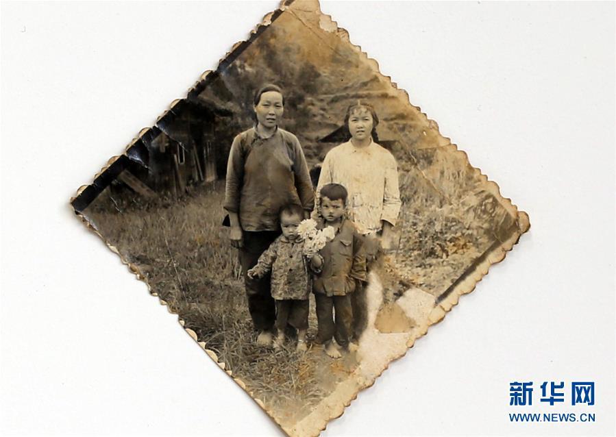 1982年,在贵州省榕江县崇义乡大塘村,幼山村里来了个行村串户的照相人,黄万鑫(前排右一)的母亲用3吊干辣椒和一升米换得了家人的第一张全家福,唯独欠缺了表出的父亲(2018年11月7日翻拍)。