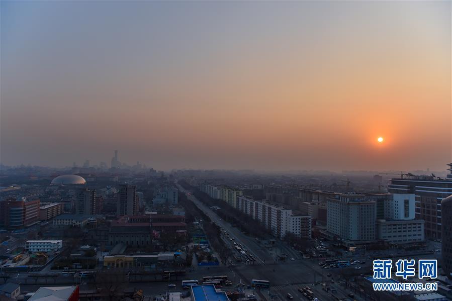 这是2019年1月1日在北京宣武门拍摄的日出。 当日是新年第镇日,向阳升首,万象更新。 新华社记者 李鑫
