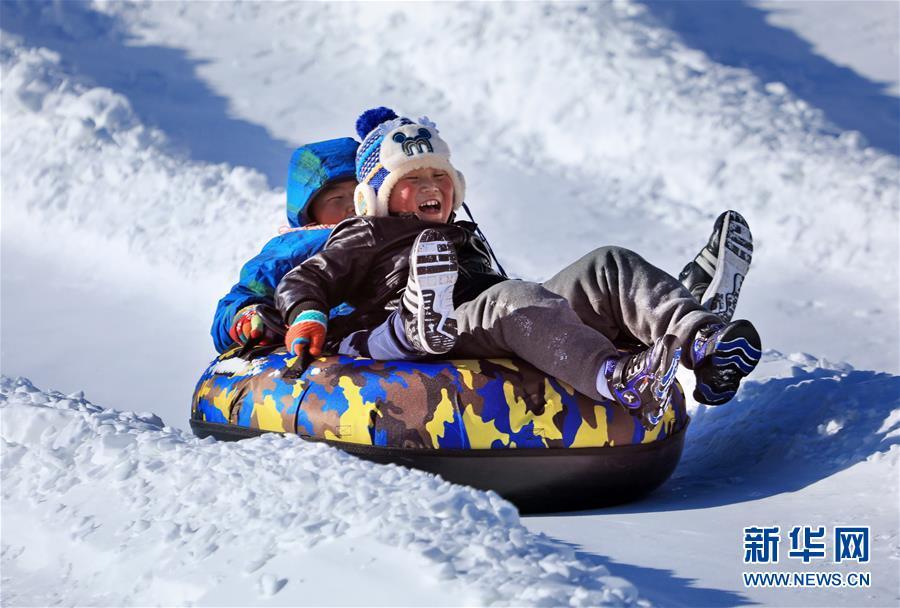 12月31日,游人在玉渡山风景区玩雪圈滑走。新年幼长伪期间,多多北京市民来到燕山深处的北京延庆玉渡山风景区,体验雪地摩托、滑雪圈、马拉爬犁、雪上卡丁车等冰雪项现在,款待新年的到来。新华社记者 李欣