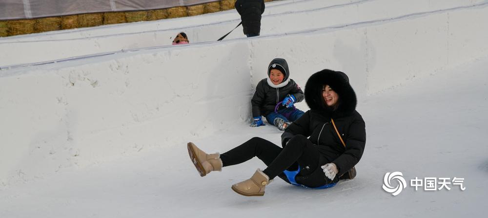 2019年1月1日,新年第镇日,哈尔滨市民纷纷行削发门,享福赏冰玩雪带来的喜悦。人们在中间大街上赏识冰雕,松花江上玩冰雪,到处摇旗呐喊,嘈杂不凡,市民在一片喜悦的海洋里度过元旦佳节。(图文/林松)