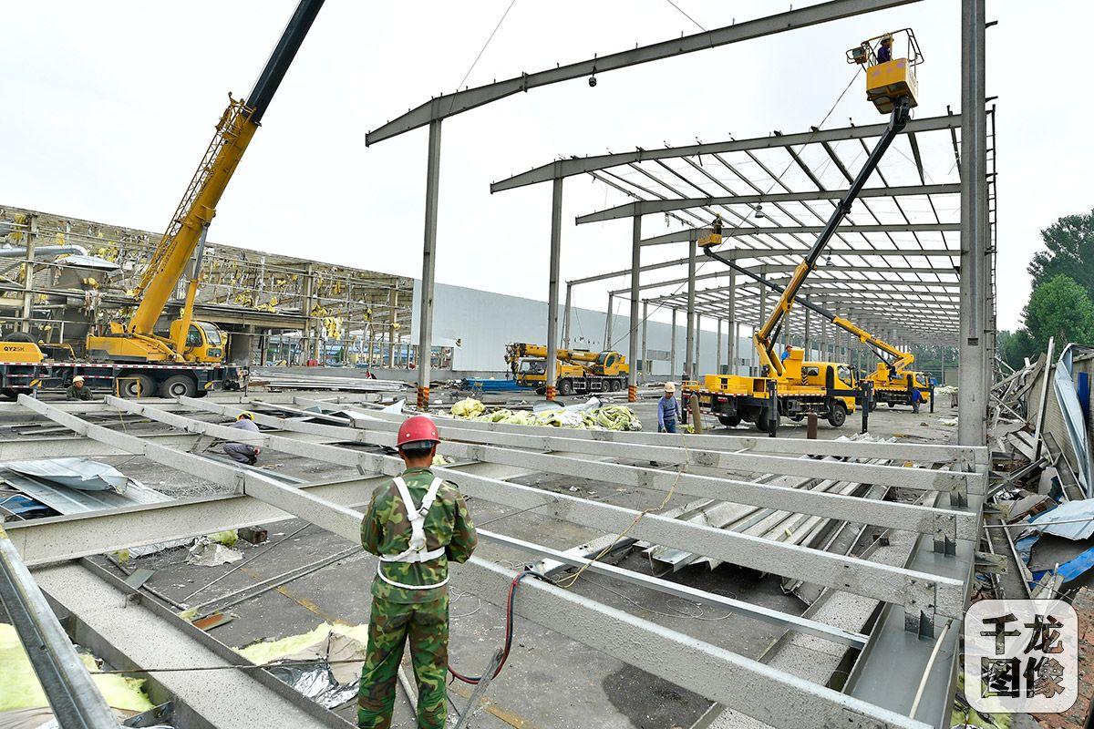 北京市通州区漷县镇完善了镇域内一处4万余平方米工业大院的拆除。图为大型拆除设备上场,助力拆除厂房钢架结构。通讯员 唐建摄 千龙网发