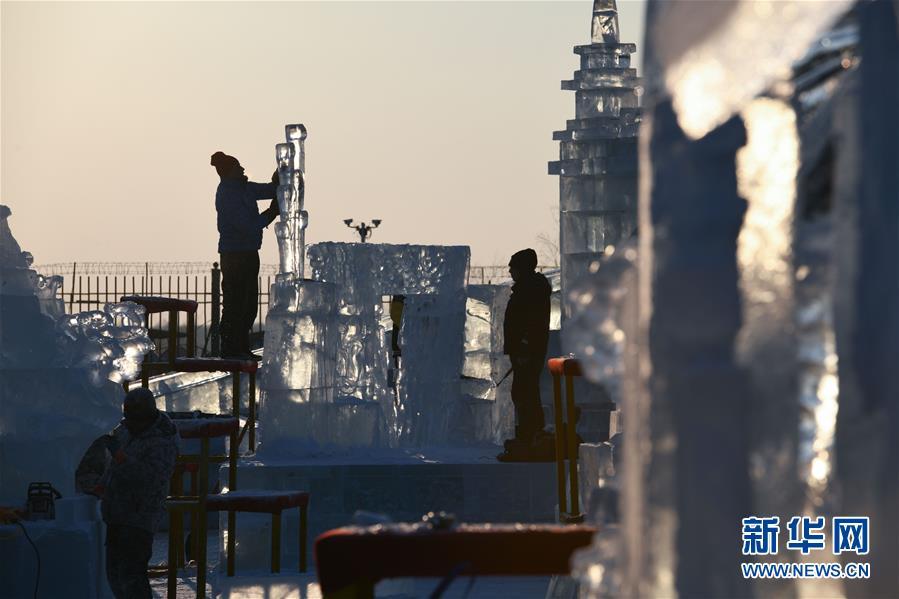 1月2日,选手在哈尔滨冰雪大世界内制作冰雕。 新华社记者王松摄