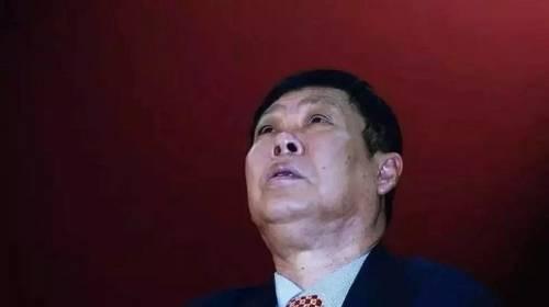 张海接手后,短短三五年就把健力宝玩垮了。他本身就不是做实业的人,在里面玩空手道,不按牌理出牌,以及装神弄鬼种种。