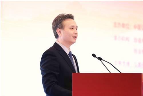 """冉华副市长致辞时认为,近年来,在一系列金融服务实体经济政策措施的促进下,南京市各类新型研发机构涌现,高新技术企业量质提升,人才流入速度加快,资本市场日趋活跃,经济社会发展取得了超预期的阶段性成效。但在私募基金发展方面,与北京、上海、深圳等地相比,南京还存在一定的差距。南京市委市政府正多措并举,通过积极出台有利于股权投资机构设立运营的优惠政策、设立新兴产业发展引导基金、成立整合国有创投资源的运作平台、营造宽容失败的创新氛围等举措,加快规划建设""""一江两岸""""的河西和江北两大基金集聚区,为私募基金在南京的发展营造更好的营商环境。"""