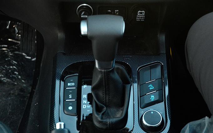 在呼伦贝尔海拉尔,到处设有暖房以及汽车暖库。室内外温差极大,极端条件下甚至有70摄氏度度的温差。但我们前来的这两天,海拉尔最低温度为零下30摄氏度,而室内温度却高达30摄氏度,将近60摄氏度的温差条件,无论是汽车还是生物,都有着难以承受的考验。