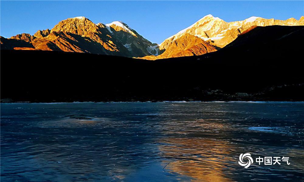 四川贡嘎山海螺沟景区雅家梗,是贡嘎山脚下又一颗光耀精晓的明珠。在雅家梗面朝贡嘎雪山,看日出日落,体验不同样的人生。拍摄于1月17日。(图/罗振远 文/一坤)
