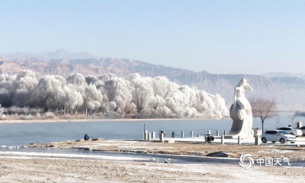 20日,受高空西北气流影响,贵德县境内出现小雪天气,21日清晨,贵德最低气温为-14.7℃,湿度64%,贵德黄河两岸因河面蒸发较大,出现雾淞美景。(文/图 赵海梅 刘金梅 渭涛)