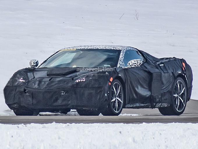 外观方面,科尔维特C8棱角分明,前唇看起来相当夸张,下保险杠两侧也换装了大尺寸的进气口,营造出很强的视觉冲击力。该车尾部较长,使整车看起来有很明显的前、中、后三段布局,预计其车长和轴距上将有明显提升。并且,新车采用了双边共四出的排气布局,运动性进一步增强。