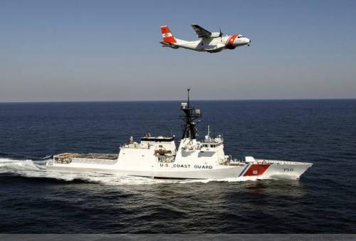 资料图片:美海岸警卫队巡逻舰及海上巡逻机合影。(图片来源于网络)
