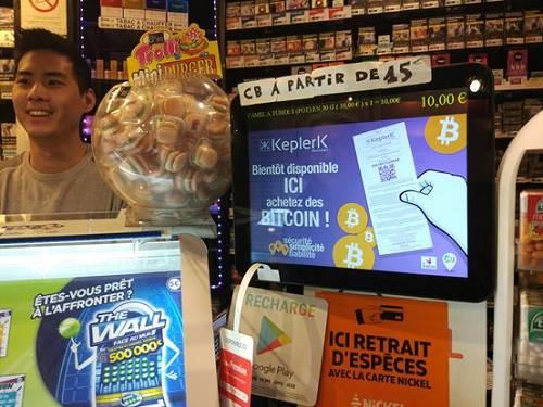 """巴黎能量烟草商店的展示位。上面写着:""""很快你就可以在这里买到比特币。"""""""