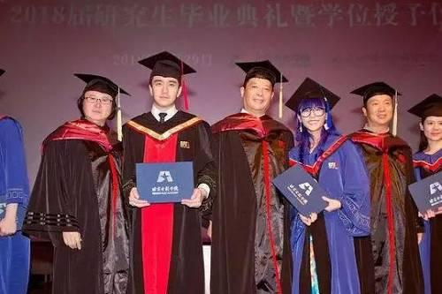 2018年6月,翟天临身着博士服拍毕业照(图据视觉中国)