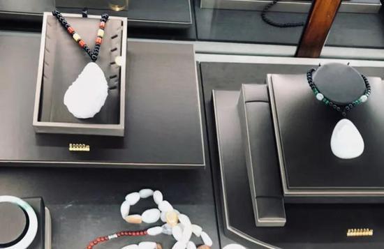 中国蓝田总公司大厅设有玉石展柜,标有价签。