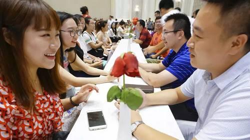 在河北唐山,参加相亲大会的单身青年在交谈。新华社资料图