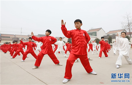 学生们在集体演练太极拳