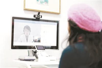 进入这个无人的小诊室,打开视频窗口,按一个键,屏幕上就出来一个医生