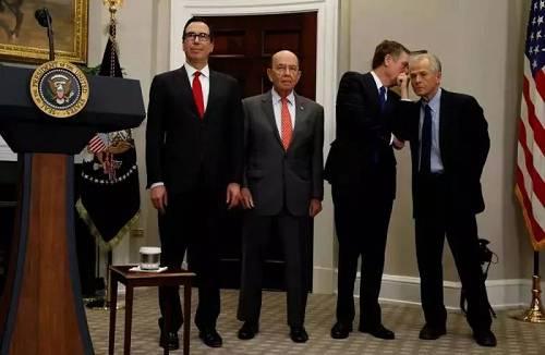 美国财长姆努钦、商务部长罗斯、美国贸易代表莱特希泽和白宫贸易顾问纳瓦罗(从左至右),哪一届美国政府能集中这么多鹰派,让罗斯居然都仿佛鸽派。