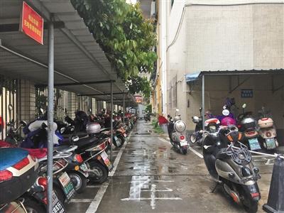 龙富广场小区居民的摩托车,电动车摆放在铁皮车棚下,占用了消防通道.