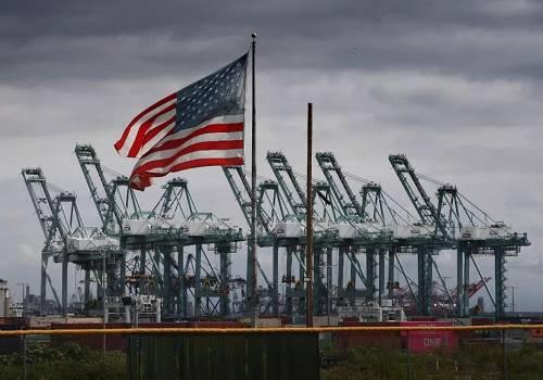 """报道称,俄罗斯普列汉诺夫经济大学副教授伊琳娜·科马罗娃也认为,特朗普的政策谈不上有什么积极成果。她说:""""美国的贸易逆差仍在扩大,在特朗普看来应该获得新增长动力的国内生产连续两个月下滑,经济不确定性增强导致投资积极性减弱,外国投资者对美国有价证券的净买入为负。"""""""