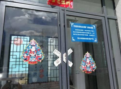 中国房地产报记者随后来到陶然巷项目工地看到,多栋建筑已经拔地而起,楼体主体部分已经完工,部分楼体外立面装饰已经完毕。然而,多份公告显示,这个自从2013年便开工建设的项目至今五证未全,仍属于违法建筑。