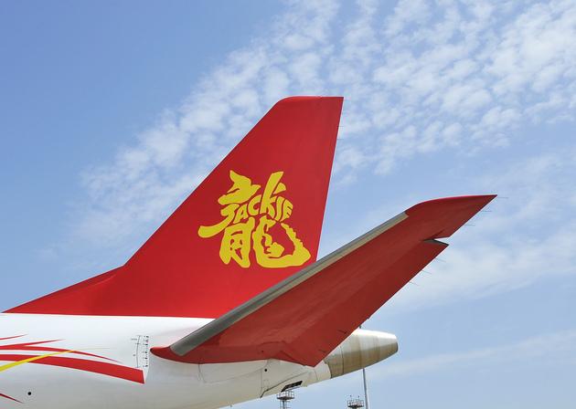 """2017年4月12日,上海,第六届亚洲公务航空会议及展览会(ABACE),耀莱航空注册号B-3219的巴航工业世袭1000机型公务机,它是成龙的私人飞机,飞机尾翼上喷涂成红底黄字的""""龙""""字(图片来源:东方IC)"""