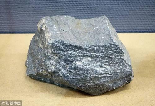 资料图片:内蒙古博物院矿石展上展出的钠闪石型铌稀土矿