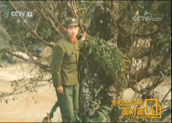 张景宪从小在张和庄长大,他的一个使命就是守护坐落在自己村里的这座烈士陵园。1982年,张景宪成为一名军人,1985年在那场边境战斗中,他亲眼目睹过战友的牺牲。退伍返乡后,村西头的这片陵园常常唤起他的从军记忆。2007年,张景宪当选为张和庄社区党支部书记,一次清明节的扫墓活动触动了他,他想帮这些烈士找到家人。