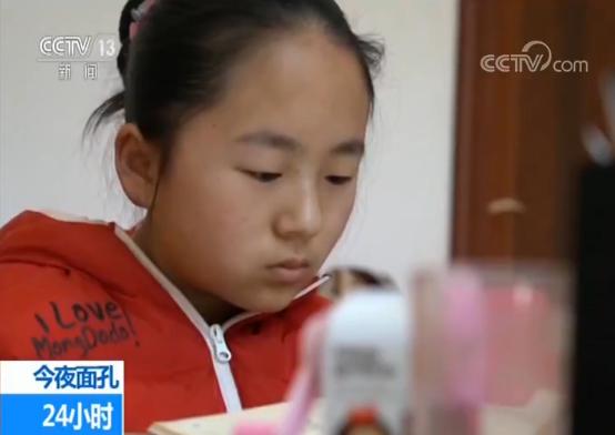 学生名叫青青,是个乖巧的小姑娘。他们今天的学习任务完成得很顺利,只是青青的身体状况,一直以来都让袁辉感到担心。