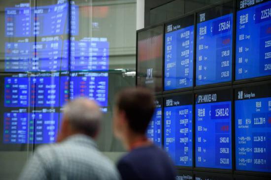在截至周日的财政年度中,海外投资者大量抛售日本股票,但日本央行通过资产购买计划大量买入日本股票,显示出日本央行在市场中的巨大作用。