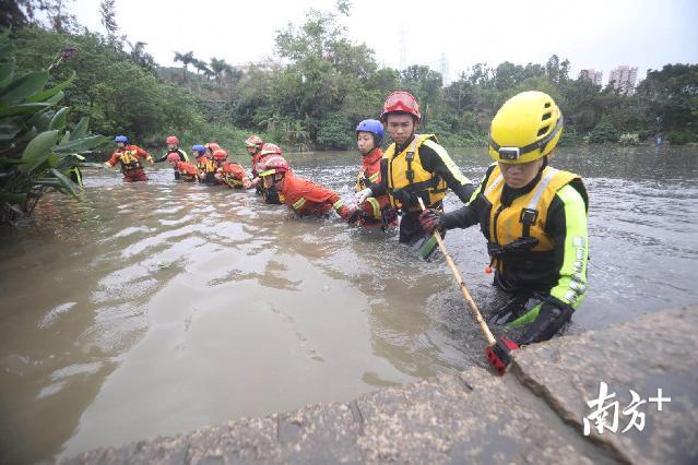 深圳市组织多部门搜救洪水中失联人员