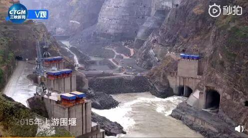 """另外,建筑人员还""""顺手""""修起了一座气势恢宏的公路大桥――金沙江大桥,与原本的葫芦口大桥形成鲜明对比:"""