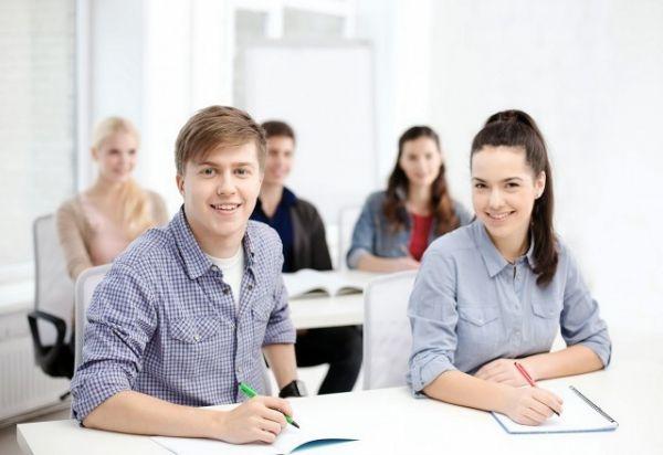 西班牙一些大学已经开始在他们提供的培训课程中增加如何鉴别虚假新闻的课程。(东方IC)