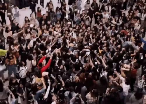 """""""粉丝接送机致航班延误""""、""""粉丝机闹""""的新闻近年屡见不鲜。2018年5月,上海虹桥机场?#36710;?#26426;口前,20多名粉丝为追随某偶像团体,自行购买机票全程追随,导致该航班?#40644;?#24310;误2小时。飞机起飞后,部?#27835;?#20110;经济舱的粉丝?#30452;?#21521;头等舱。航班落地滑行?#20445;?#31881;丝又不听劝阻围堵出口处,造成航班秩序被?#29616;?#25200;乱。"""