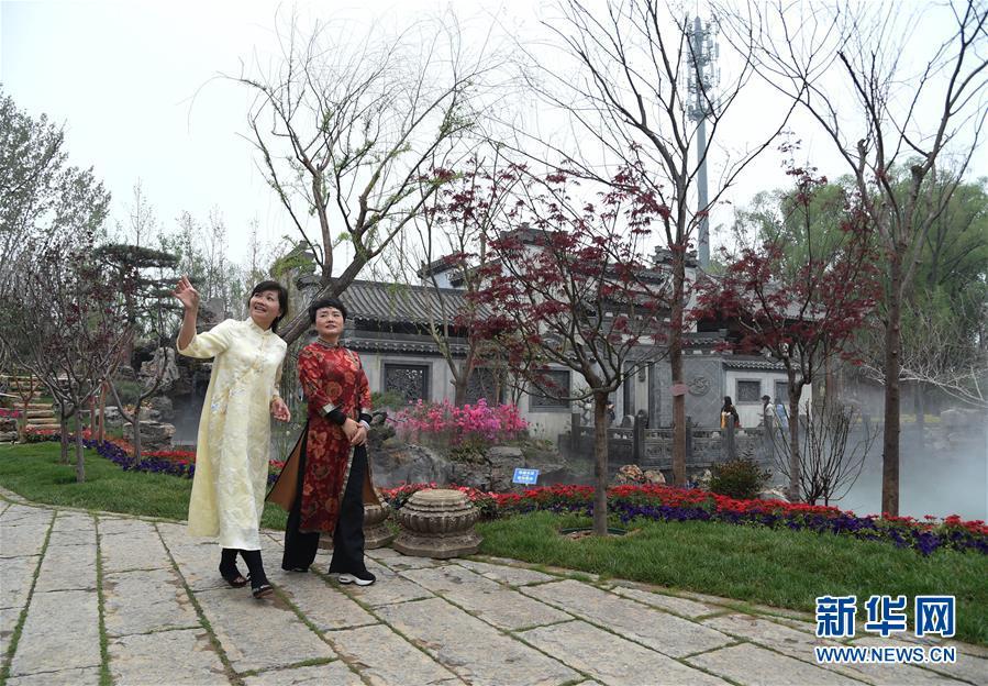 4月29日,参观者在北京世园会安徽园参观。 新华社发(任超)