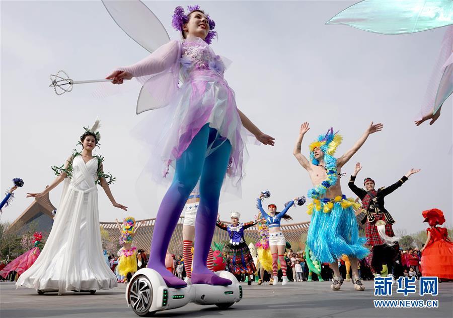 4月29日,在北京世园会中国馆前,演员在花车巡游中表演。 新华社记者 王毓国
