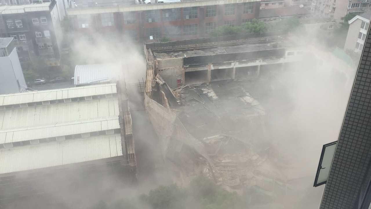 上海4S店坍塌20余人被困