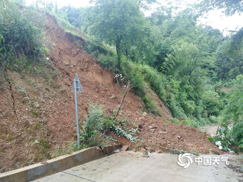 强降雨致贵州玉屏县出现山体滑坡 多地交通受阻