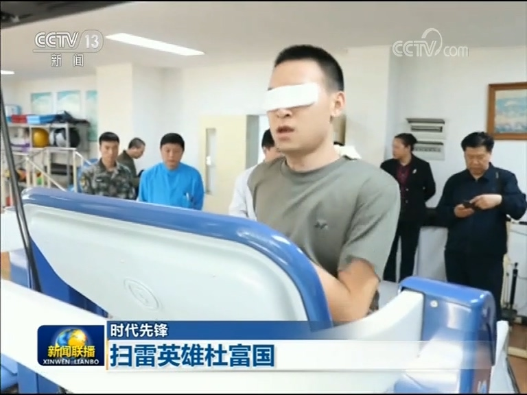 在陆军军医大学西南医院里,杜富国正进行康复治疗,他已经能在特制的跑步机上跑步了,3000米用时13分多,体能恢复到了受伤前的状态。