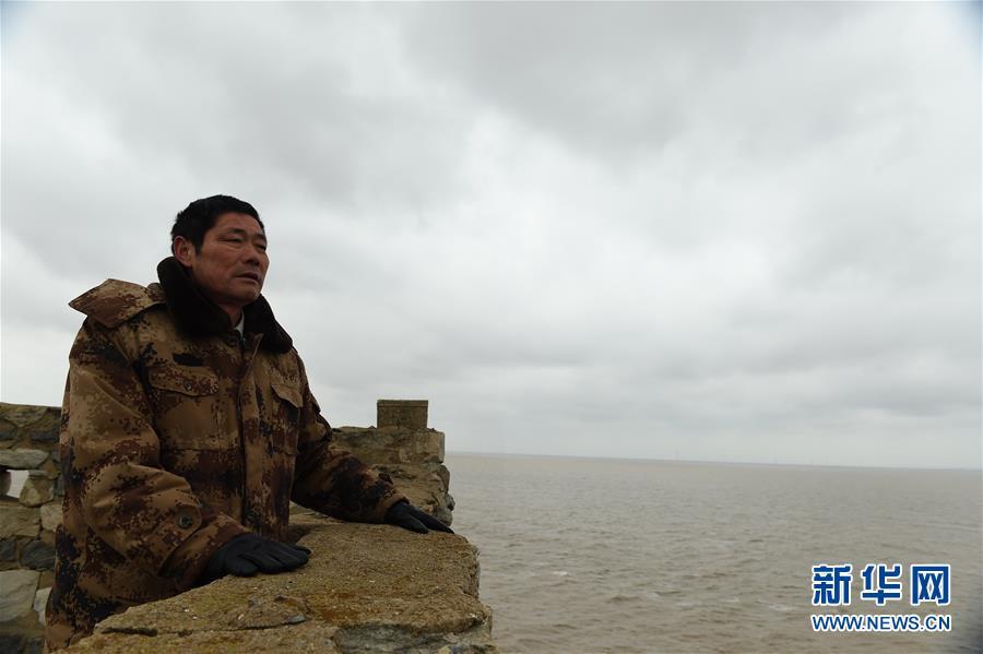 王继才在江苏开山岛上眺望远方(2017年2月21日摄)。 新华社记者 韩瑜庆