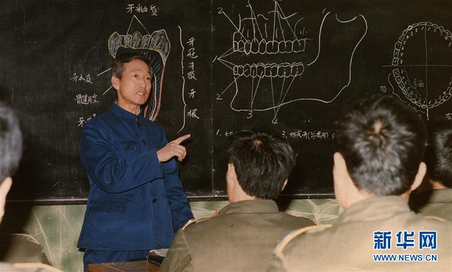 崔道植在講解牙痕檢驗課程(資料照片)。新華社發