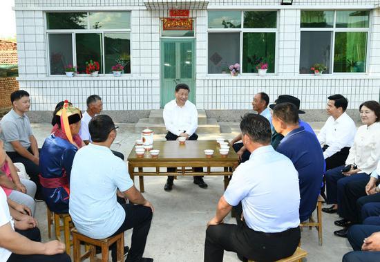 5日,习近平在赤峰市喀喇沁旗河南街道马鞍山村村民张国利家,同基层干部群众代表座谈交流。