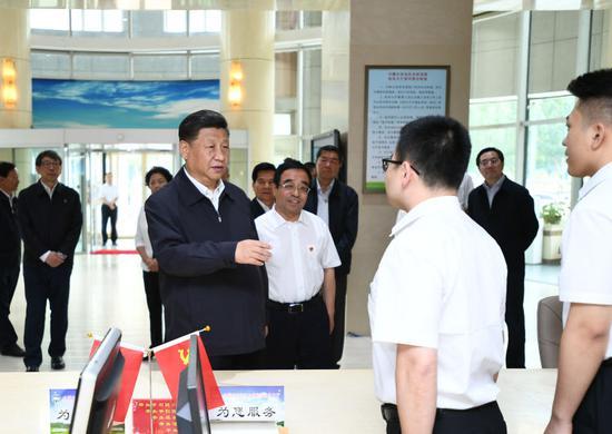16日,习近平在内蒙古自治区自然资源厅自然资源政务大厅同工作人员交谈,了解开展主题教育和落实便捷高效政务服务等情况。