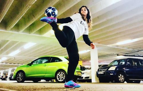 """脚踩高跟鞋玩花式足球的tiktok达人:""""希望鼓励更多女孩踢足球""""图片"""