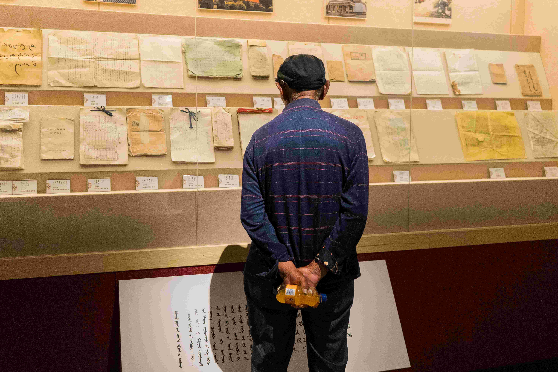 """央视网消息(韩雪 王博雅 邢明)""""沙进人退""""是这里过去的写照,1600平方公里的家园,生存却成了问题。1958年,在社队领导包荣和宝日勒岱带领下,内蒙古乌审召的人们与沙地打响了第一仗,在这个位于毛乌素沙地、流动沙丘占54%、可用牧地仅占1/3的土地上,除毒草、建草原,硬是将荒漠变绿洲。曾经叫得响的""""牧区大寨""""如今已化为乌审召的片片绿意。牧区大寨博物馆里,照片、物品记录着动人的故事,亲历者、讲述者、倾听者都会站在它们面前,人们正以这种形式传递着这些奋斗者的无畏与坚韧,并凝聚成精神,代代相传。"""